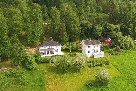 TIL SALGS: Gårdsbruket i Enger ved Randsfjorden ligger ute til salg for syv millioner kroner.