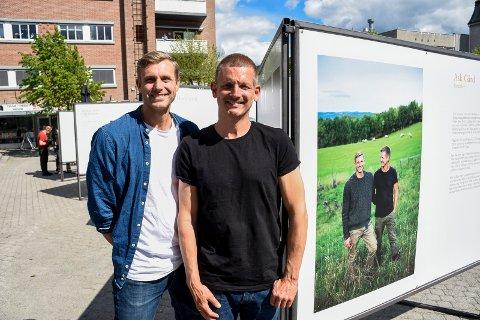 SPENNENDE: Eirik og Runar Glørud syntes det var interessant og spennende å ha en fotograf i hælene gjennom arbeidsdagen på Ask gård.