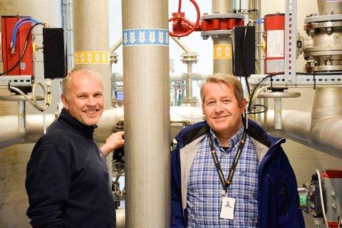GODE ANLEGG: Driftsansvarlig Roar Frydenberg og tjenesteleder Roger Sørslett er fornøyd med at Hole kommune har gode vann- og avløpsanlegg. Da trengs heller ikke store investeringer, som må belastes innbyggerne. Her er de i  vannverksbygningen på Bønsnes.