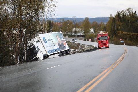 LASTEBIL: Denne lastebilen har havnet utfor veien ved Klekken i Haugsbygd.