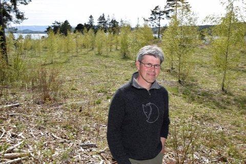 PÅ LANDET: - Kanskje er det livet på landet i tilknytning til naturen, fjordet og menneskene som er å ha det gode liv, undrer Espen Hval.