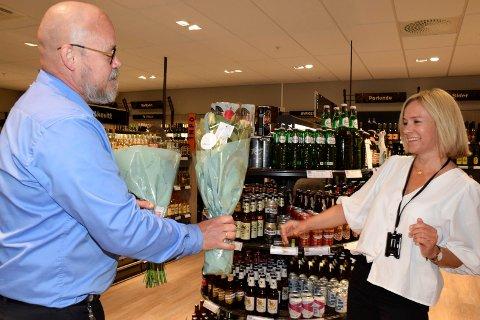 DRAHJELP: Polsjef Terje Hæhre-Pedersen fikk blomster av senterleder Anne Trine Høibakk under åpningen 11. juni. Nå er det klart at polet har hjulpet godt på Kubens resultat for 2020.