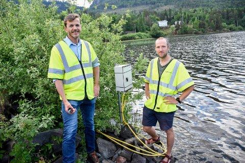 MÅLEPUNKT: Denne boksen sender videre data fra målingene ute i fjorden. Tor B. Nilsen og Martin Austin Stormoen opplevde nylig at noen hadde drevet med hærverk på måleutstyret.