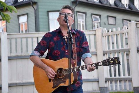 SING AND SONGWRITER: Olav Risan har musikk med stor variasjon og bredde og tok oss gjennom både rockeriff, country, rythm and blues og mere til.