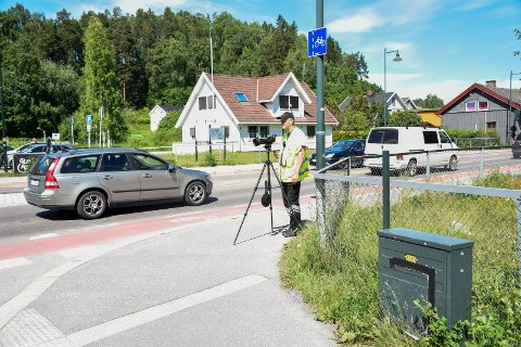 KONTROLL LØRDAG: Vidar Skaug fra Hønefoss trafikkstasjon på kontroll i Hønengata lørdag.