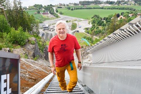 KAMPEN OM TURISTER: Ivar Blystad, daglig leder i Visit Norefjell, skal markedsføre turistattraksjonene i Midtfylket som aldri før. Selv jukser han litt på bildet, for foreløpig har ikke «turistsjefen» gått de 1078 trappetrinnene i Vikersundbakken.