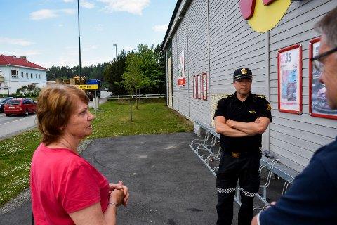 SER PROBLEMENE: Tommy Lafton i politiet synes det var overraskende stor trafikk gjennom Tyristrand sentrum. Lisa Anny Holm Odden i Tyristrand landsbyforening ledet en befaring på stedet tirsdag morgen.