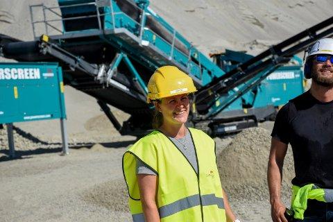 ØKER KAPASITETEN: Kristin Husebø Hestnes hos Svelviksand er glad for å kunne øke kapasiteten på sortering på Kilemoen. Til høyre står Andreas Arnesen fra Scandia Maskin.