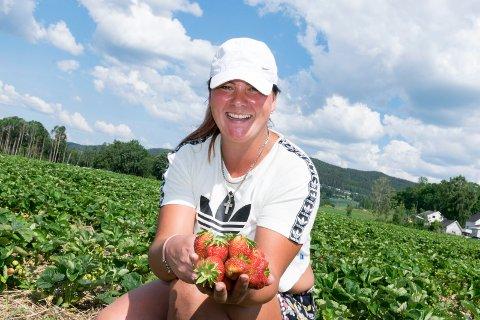 MODNE: Lørdag blir det jordbærsalg ved åkeren på Rønnerud i Jevnaker. Kinga Anna Guzik (31) er klar for å plukke.