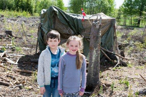 EGEN HYTTE: Esther Mari (7) og Danimir (8) tilbringer mye tid i og rundt hytta midt i hogstfeltet ved Veienmoen.