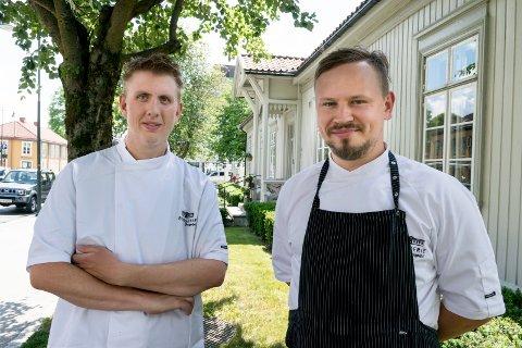 GODT I GANG: Kjøkkensjefene Odd Ivar Haglund (til venstre) og Dainis Sudniks på Brasserie Fengselet i Hønefoss har alle ansatte på jobb igjen. Nå håper de på en knallsommer.