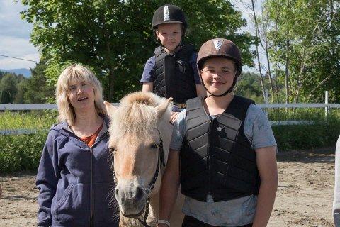 RIDELEIR: Toril Eriksen (42) hos «Hest og mestring», arrangerer denne uken rideleir for gutter. – Det blir litt annerledes og tøffere trening. Guttene som er med synes det er bra. Det er denne uken som kun er for gutter, sier Toril. Her sammen med Askild Bjørke (8) og Ole Knut Aslesen (15).