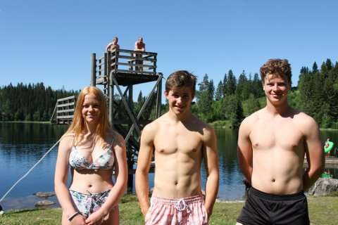 BESTE PLASSEN: F.v. Vår Sæthereng (13), Eskil Berge (18) og Sondre Albertsen (18) synes det er bra at Svea badeplass blir oppgradert.