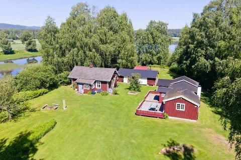 HYTTE: På Mælingen er det en stor eiendom med god uteplass og flere bygninger.