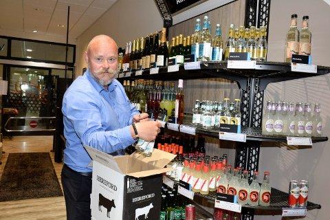 GODE TALL: Sjef på Vinmonopolet, Terje Hæhre-Pedersen, har hatt spennnende dager. Med flytting har det også kommet flere kunder til butikken.