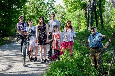 BEKYMRET: Beboere langs Gamleveien i Åsbygda forteller om mye råkjøring. Fra venstre: Per Engebretsenm Aiden Wilson, Emily Wilson, Jake Wilson, May Wilson, Ruth Wilson og Jan Bang.