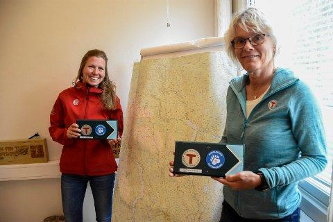 MÅ TA BESTILLINGER: Ellen Næsje og Vibeke Tjøm får en ekstrajobb med å ta imot booking av overnatting på DNT-turisthytter i år.