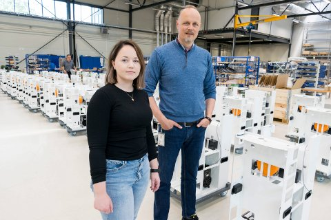 MANGE ORDRER: Produksjonssjef Kristin Engebø og daglig leder Svein Steinsvik i produksjonshallen på Eggemoen, der et stort antall desinfiseringsmaskiner monteres.
