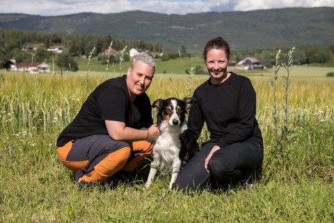 KORONAEFFEKT: Sara Viklund (37) og Jannicke Høistad Bakke (40) i Dyrebeskyttelsen Ringerike fortviler over at folk ikke tar ansvar for kjæledyrene sine. Nå søker de fosterhjem for hjemløse katter. – Koronaeffekten har slått inn. Hjemmekontoret var ikke evigvarende og nå er det ferie, sier de. Her med hunden Sushi (9).