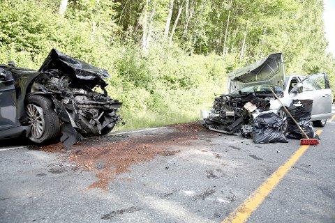 Riksvei 7: De to bilene som frontkolliderte på riksvei 7, omtrent to kilometer nord for Ørgenvikatunnelen, ble totalskadet.