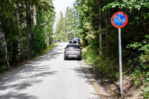 MOT FORBUD: Ikke alle respekterte parkering forbudt-skiltene i området ved Mørkgonga-stien i helgen. Dette bildet er fra en tidligere anledning.