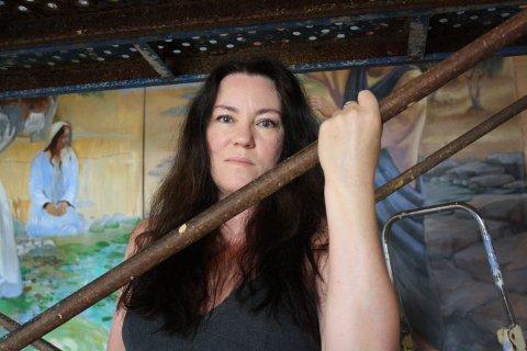 STORT LERRET: Cathrine Bergsrud fra Hønefoss er koronafast i Spania og går glipp av egen utstilling - men har fått et viktig oppdrag i kirken.
