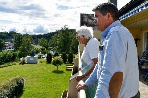 LUFTIG OG GRØNT: Arne Kilstad (62) og Joan Sørensen (89) vil savne grøntarealet foran blokka når Tronrud Eiendom AS skal lage adkomstvei og etter hvert bygge en enebolig der.