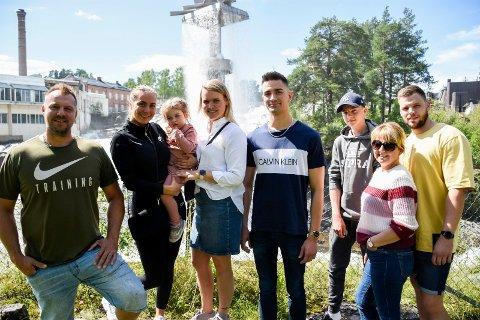 PÅ HØNEFOSS-FERIE: Vegard Rønning (til venstre) og hele familien bruker ferien i ringeriksdistriktet. Et besøk ved Hønefossen var obligatorisk.