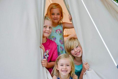 MAGISK: Sigird (4), Selma (6), Noah (7) og Annabelle (5) koser seg på Glampingferie.