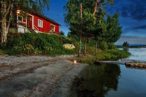 STOR INTERESSE: Megler Ann-Kristin Salvesen melder om trøkk i hyttemarkedet, og stor interesse for denne hytta ved Tyrifjorden.