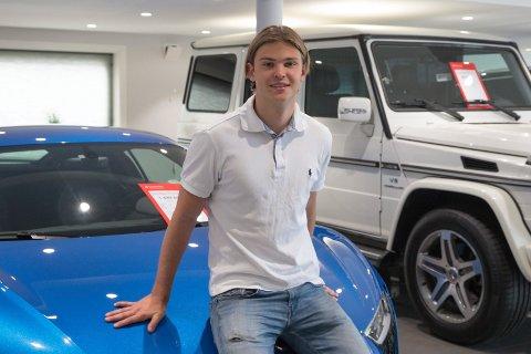 LÆRLING: Jonathan Sundby (18) kan ikke riktig ennå prøvekjøre biler han skal selge. Korona satte stopper for oppkjøring og lappen. Det er ikke mange dagene før jeg skal kjøre opp, sier han.