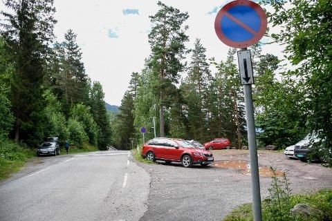 PARKERING FORBUDT: Nå er det grundig skiltet med parkering forbudt langs veien nær stien til Mørkgonga.