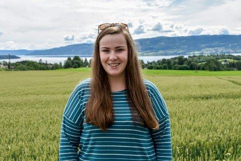 ENGASJERT: Amalie Rustand Bøhn (21) sier at man ikke binder seg til noe hvis man melder seg inn i et bygdeungdomslag. – Du har valgfrihet til å velge hva du vil være med på, sier hun.