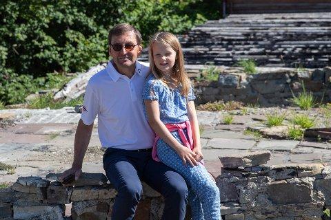 BRANNTOMT: Eirik Nørgaard og datteren Emilie (10). – Neste generasjon skal være med å forme framtiden, sier Eirik.