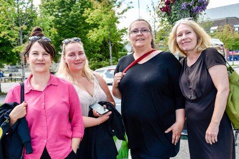 STAKK INNOM: Kalina Toneff, Amanda Meland, Ruth Hetland og Karin Meland så tilfeldigvis et skilt til sentrum da de kjørte forbi. De mener Jevnaker sentrum har potensial for flere besøkende.