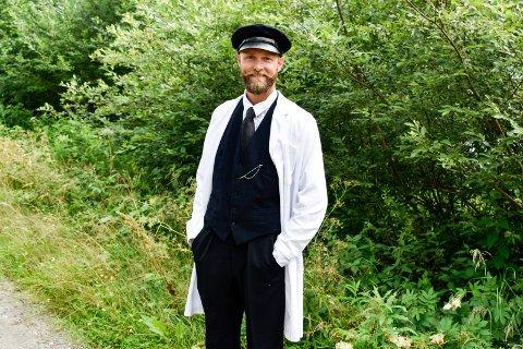 HANDELSMANN: Ola Rolid Tørrisplass sendte inn bilde av seg selv i statist-søknaden. Kjæresten håpet at han måtte barbere seg, men produksjonsselskapet Strix ville gjerne at han beholdt skjegg og bart som handelsmann.