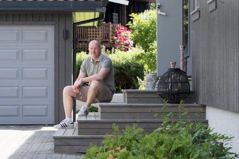 TRAPP: Ny trapp foran inngangen i huset Geir Esben har pusset opp i Krokkleiva. – Det var et staselig 80-tallshus som sårt trengte oppussing. Nå er det helt moderne inne og ute, sier Geir Esben.