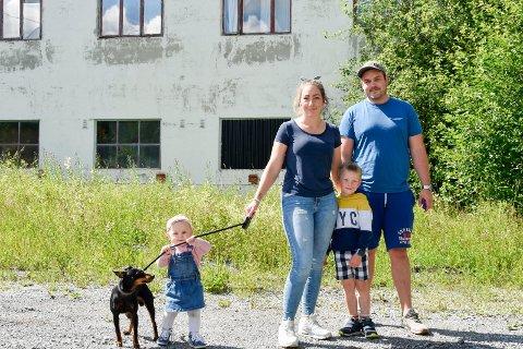ENGSTELIGE FORELDRE: Tommy Solvang (30) og Inger-Helene Johansen (26) er redde for at Lucas Ruste (5) og etter hvert Ada Solvang (1) skal starte å leke på det gamle glassverket.