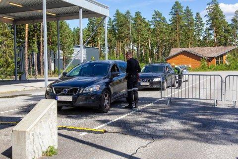 KARANTENE: Da Glåmdalen tok turen til riksgrensa sist lørdag, var det flere som hadde vært i Sverige for å handle. Her står tre biler i kø for å få karantene.