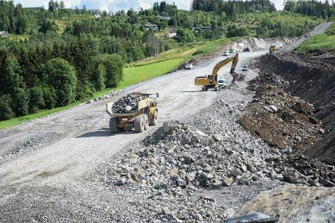 FORTSETTER: Byggingen av ny E16 i Jevnaker er godt i gang. Veien får nok penger i statsbudsjettet til at byggingen går videre etter planen.