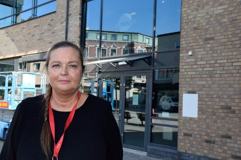 FORNØYD: Nav-leder Bente Jansen utenfor Navs nye lokaler i Sentrumskvartalet i Hønefoss.