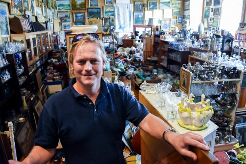 STORT UTVALG: Geir Lien har butikken full av gamle ting. Blant kundene er Farmen-produsentene.