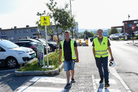 FLERE TILTAK: Nymerket fotgjengerfelt ved innkjøringen til Kiwi er et av tiltakene Erik Josephson og Gudbrand Strømmen kan vise fram i området hvor barna skal gå til Ullerål skole.