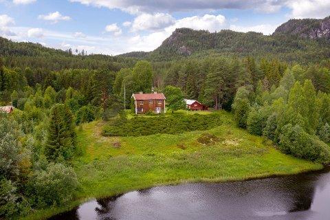 IDYLL LANGS ELVEN BEGNA: Bildet viser Ådalsveien 1339 i all sin prakt.