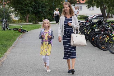 PÅ VEI: Alva (6) og Hanne Kari Snoen (46) er snart framme på Vik skole.