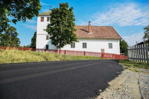 NY ASFALT: I Mosengbakken ved Bønsnes kirke er det lagt ny asfalt.