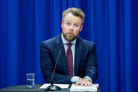 Nav bekrefter at 37.000 personer må vente til september for å få utbetalt dagpengene de har krav på. Arbeids- og sosialminister Torbjørn Røe Isaksen (H) sier folk har vært mer tålmodige enn man kunne forvente.