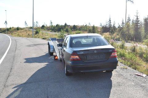 BIL: Mange har meninger om hva som skjer med bilen som har stått parkert sør for Lygna. Hengeren er nå borte.