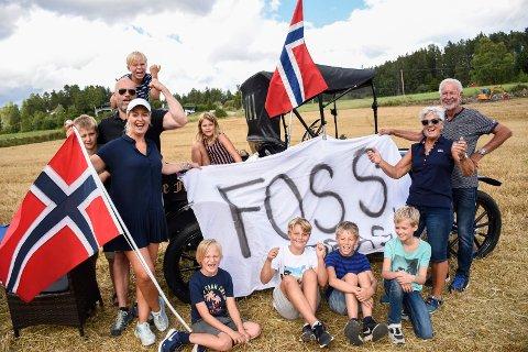 HEIET MED STIL: Flagg, plakater og en 101 år gammel bil. Denne gjengen fra Hole heiet på Tobias Foss, som Tone Grønvold (med flagg, til venstre) er tante til.