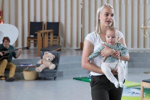 BABYSANG: En gang i uken er det babysang i Hønefoss kirke. Annelise Haugan (32) med Noah (5 mnd.) trives på babysang. – Jeg var med for tre år siden med den eldste. Jeg synes det er hyggelig å treffe andre mødre, sier hun. I bakgrunnen er ansvarlig Vigdis-Merete Rønning.